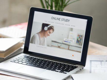 Online-kurs-racunovodstva-KGB-akademije-na-otvorenom-laptopu